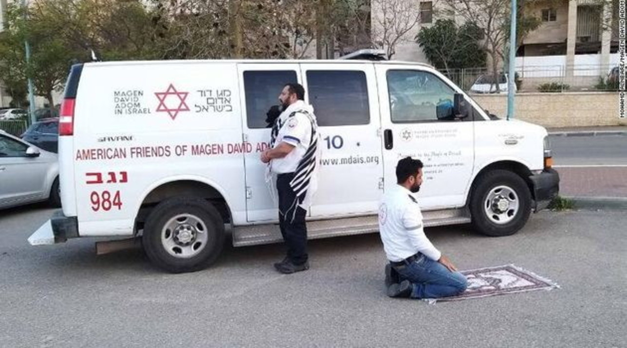 """Coronavirus, un ebreo e un musulmano pregano insieme: ecco la """"foto dell'ambulanza"""" diventata famosa in tutto il mondo"""