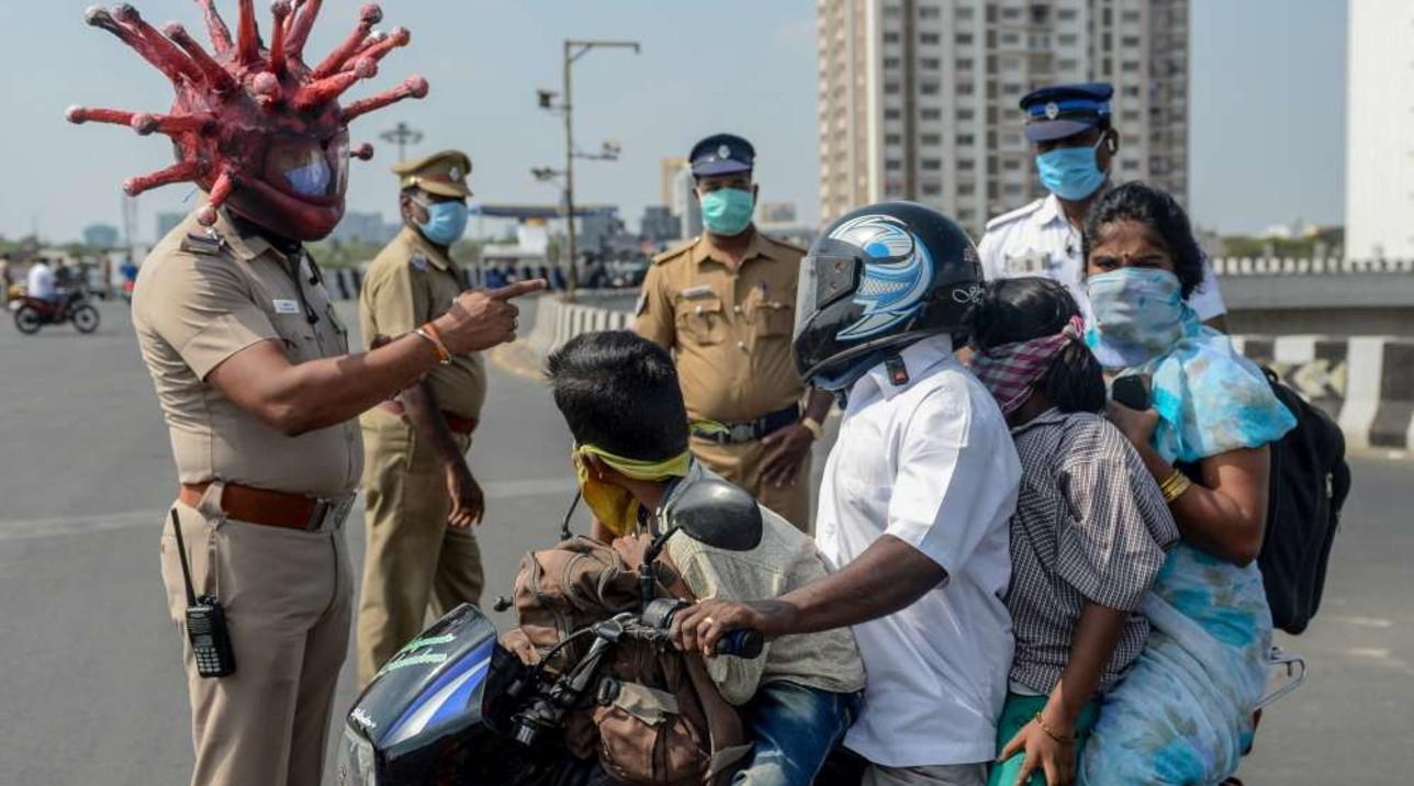 """India, ai posti di blocco di Chennai un agente """"mascherato"""" da coronavirus"""