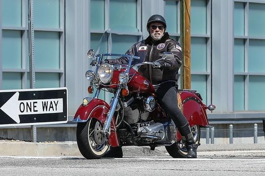 Schwarzenegger ignora l'isolamento e va a farsi un giro in moto