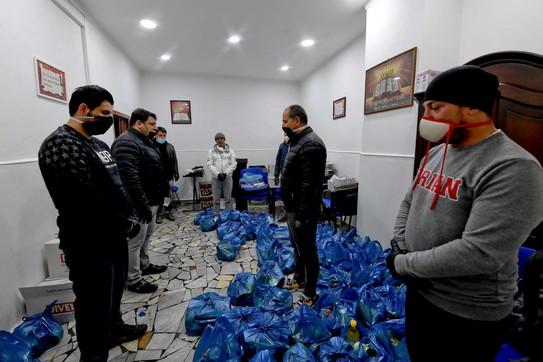 """Coronavirus, a Napoli i """"raid"""" della solidarietà; nei vicoli gruppi di scooter portano la spesa"""