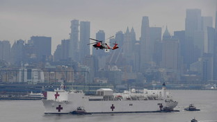 Coronavirus, arrivata a New York la super nave ospedaleComfort: mille posti letto per liberare gli ospedali