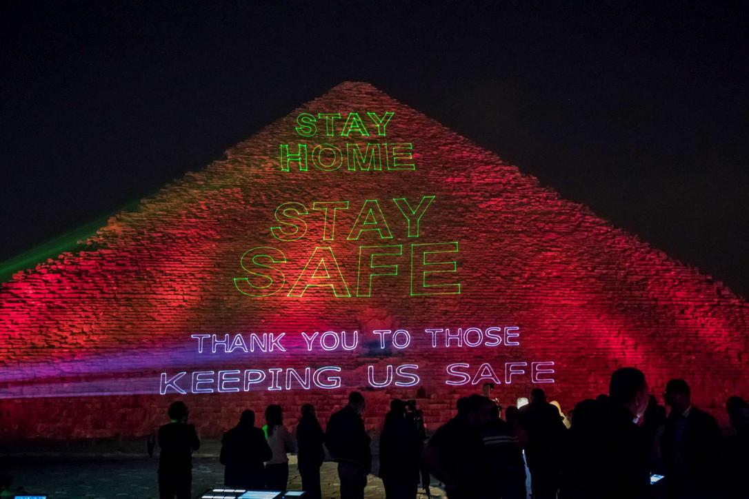 """Coronavirus, il messaggio luminoso sulle piramidi egizie: """"State a casa"""""""