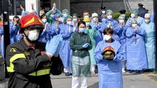 """Napoli, il tributo dei vigili del fuoco a medici e infermieri: """"In prima linea contro il coronavirus"""""""