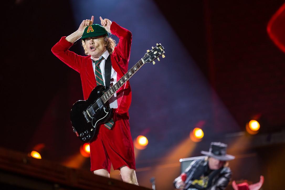 Angus Young, una divisa e una chitarra