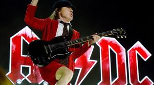 Angus Young compie 65 anni ed è ancora lo scolaretto ribelle del rock