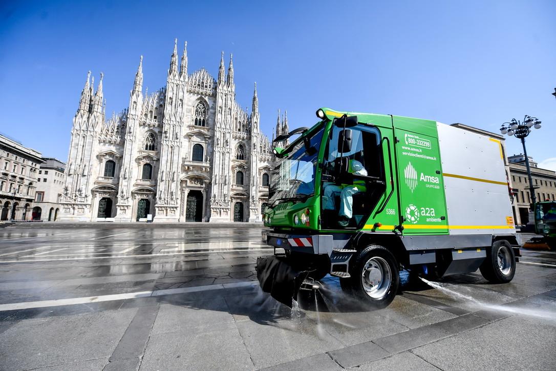 Coronavirus a Milano, cominciata sanificazione di Piazza del Duomo