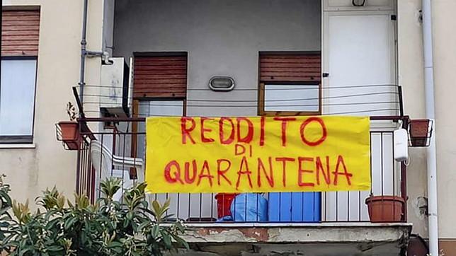 Coronavirus, a Napoli lenzuolata per il reddito di quarantena