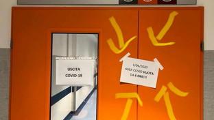 """Coronavirus, cartello """"felice"""" in ospedale a Pisa: """"Da sei ore nessun ricovero"""""""