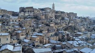 Maltempo, la neve imbianca i Sassi di Matera