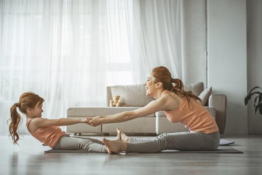 Stretching facile: gli esercizi da fare in salotto
