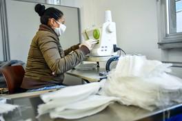 A Milano la cooperativa di disoccupati si converte a produrre mascherine