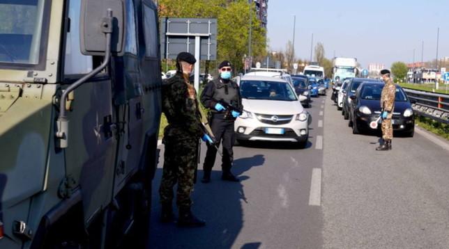 Coronavirus, a Milano auto in coda per i controlli di carabinieri ed esercito