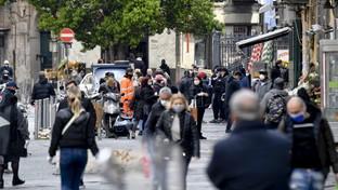 Coronavirus, a Napoli ancora folla in alcuni quartieri popolari