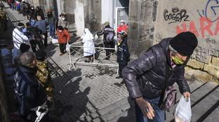 Coronavirus, in fila per un pasto al santuario del Carminea Napoli