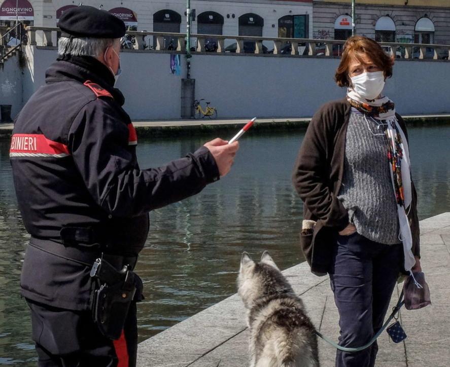 A Milano quasi tutti a volto coperto dopo l'ordinanza di Fontana