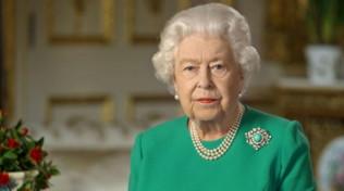 Ecco perché la regina Elisabetta ha scelto il verde, la spilla e niente foto di famiglia