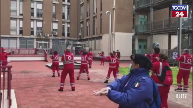 Bari, i volontari della Croce Rossa ballano per i bimbi ricoverati in ospedale | Video