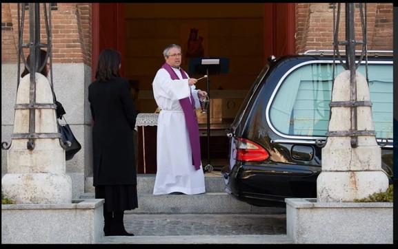 Spagna, preti costretti ai funerali