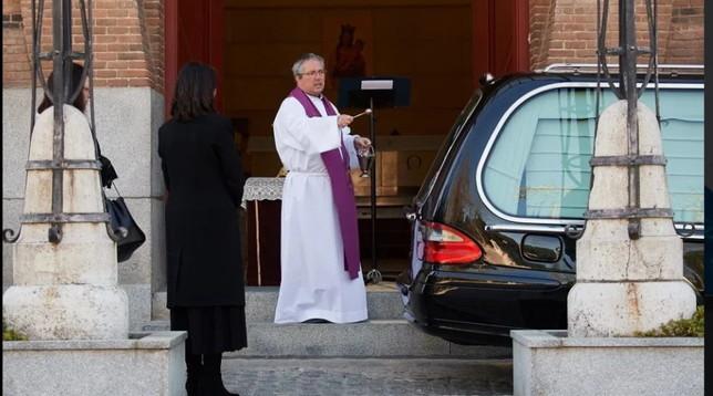 """Spagna, preti costretti ai funerali""""drive in"""": una benedizione ogni 15 minuti"""