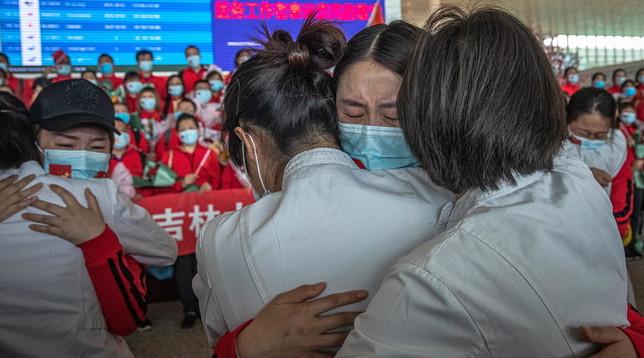 Coronavirus, Wuhan esce dal lockdown e ritornano gli abbracci (con mascherina)