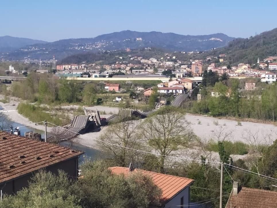 Massa Carrara, crolla il ponte di Caprigliola