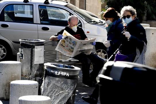 """Napoli, De Magistris difende i cittadini: """"Rispettano le regole"""". Ma le vie sembrano piene di gente"""