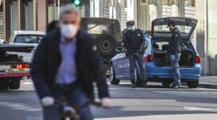 Coronavirus, a Bergamo la gente torna in strada: controlli sempre più serrati