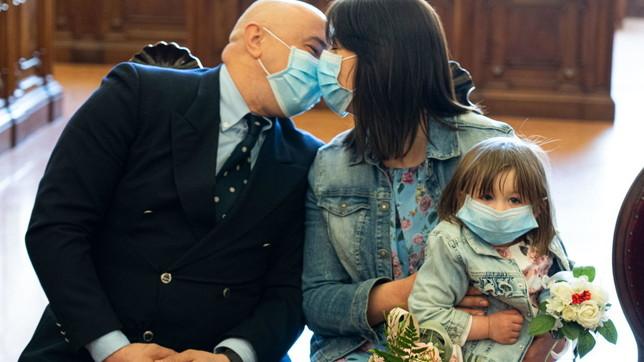 """Parma, il """"matrimonio di guerra"""" dei mediciRaul e Monica in piena emergenza coronavirus"""