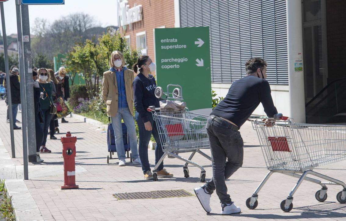 Coronavirus, code davanti ai supermercati per la spesa di Pasqua