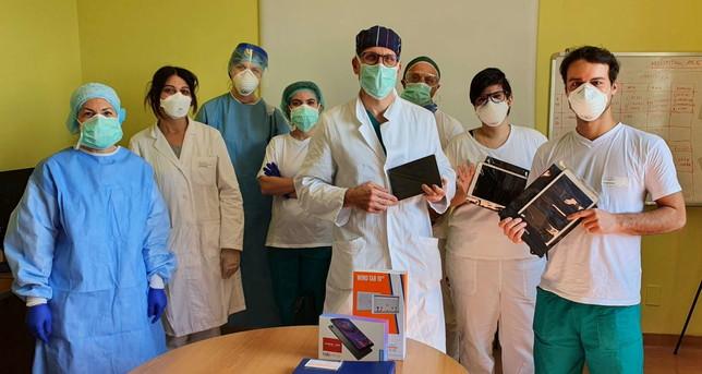 Coronavirus, sorpresa di Pasqua per i malati a Cremona: tablet per parlare con i familiari