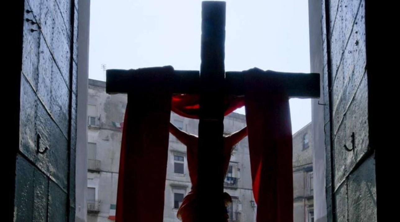 """Il Venerdì Santo ai tempi del coronavirus: a Napoli il Crocifisso viene """"esposto"""" fuori dalla chiesa"""