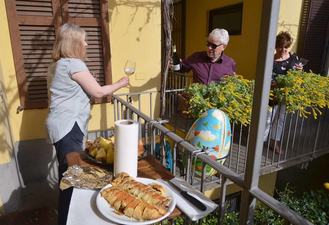 Coronavirus, la nuova vita degli italiani su balconi e terrazzi