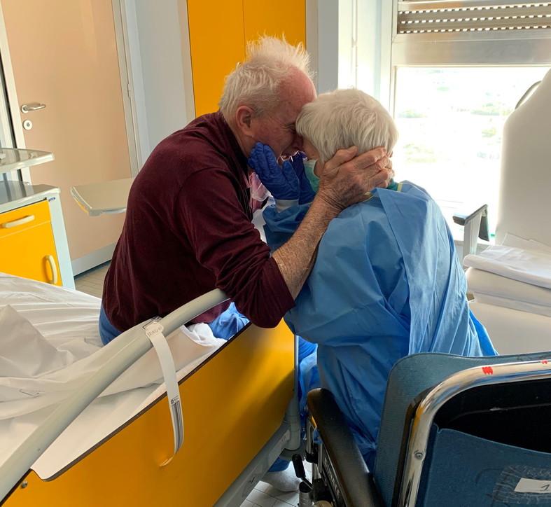 Coronavirus, il commovente abbraccio di una coppia di anziani durante la degenza