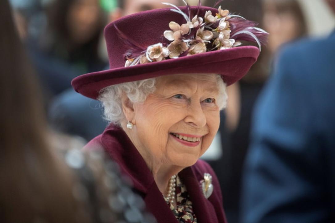 Auguri alla regina Elisabetta: 94 anni e mai un rossetto sbagliato