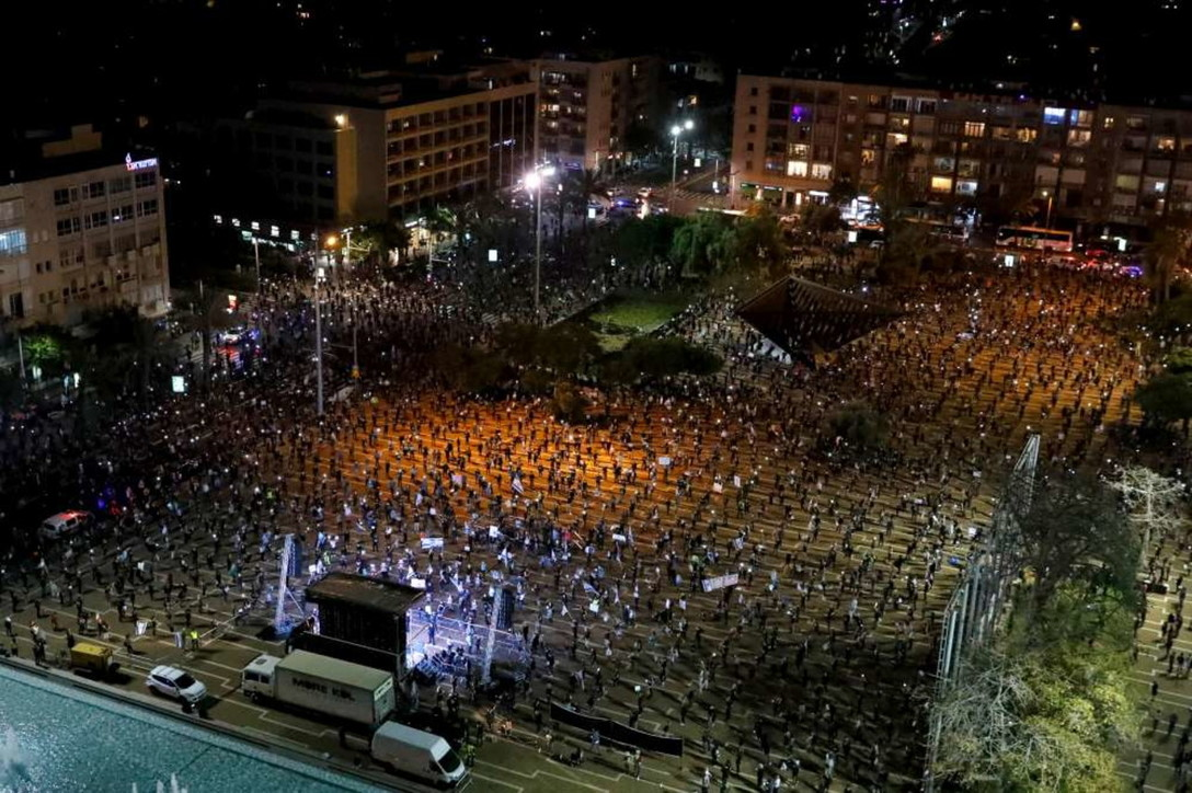 Mascherine e distanza di sicurezza: così la gente scende in piazza a Tel Aviv per manifestare contro il governo