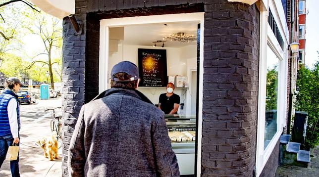 Amsterdam, gelateria si converte e diventa il primo negozio di mascherine