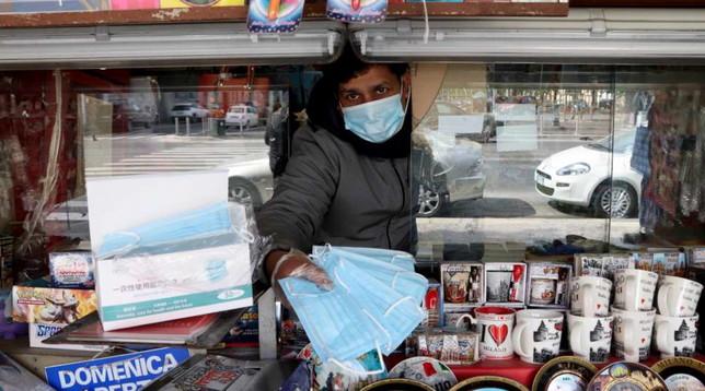 Coronavirus, Conte annuncia i 5 punti per la ripartenza: dalle mascherine all'App Immuni