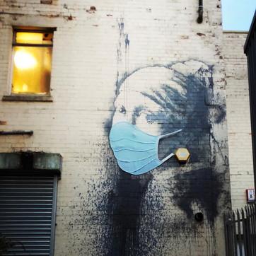 Coronavirus, la ragazza con l'orecchino di Banksy indossa la mascherina