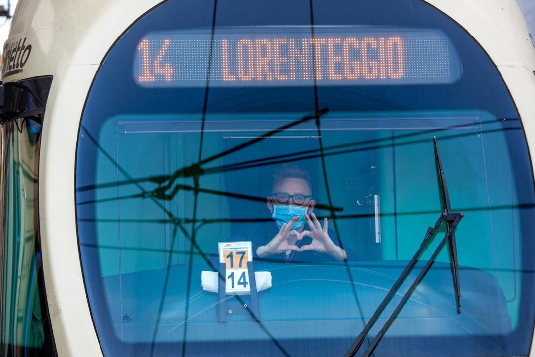 Coronavirus, a Milano tram semi-deserti e passeggeri con la mascherina