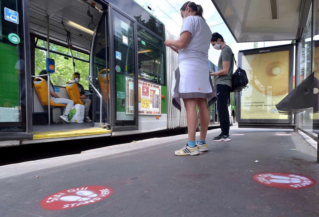 Coronavirus, a Milano segnaposto alle fermate di bus, tram e metro
