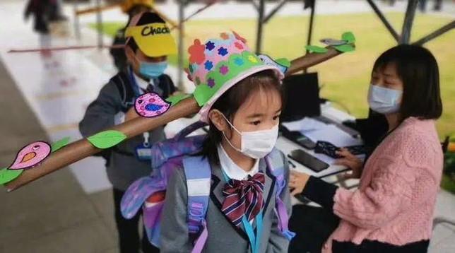 Scuola, cappelli per distanziarsi: l'idea cinese usata per i bimbi delle elementari