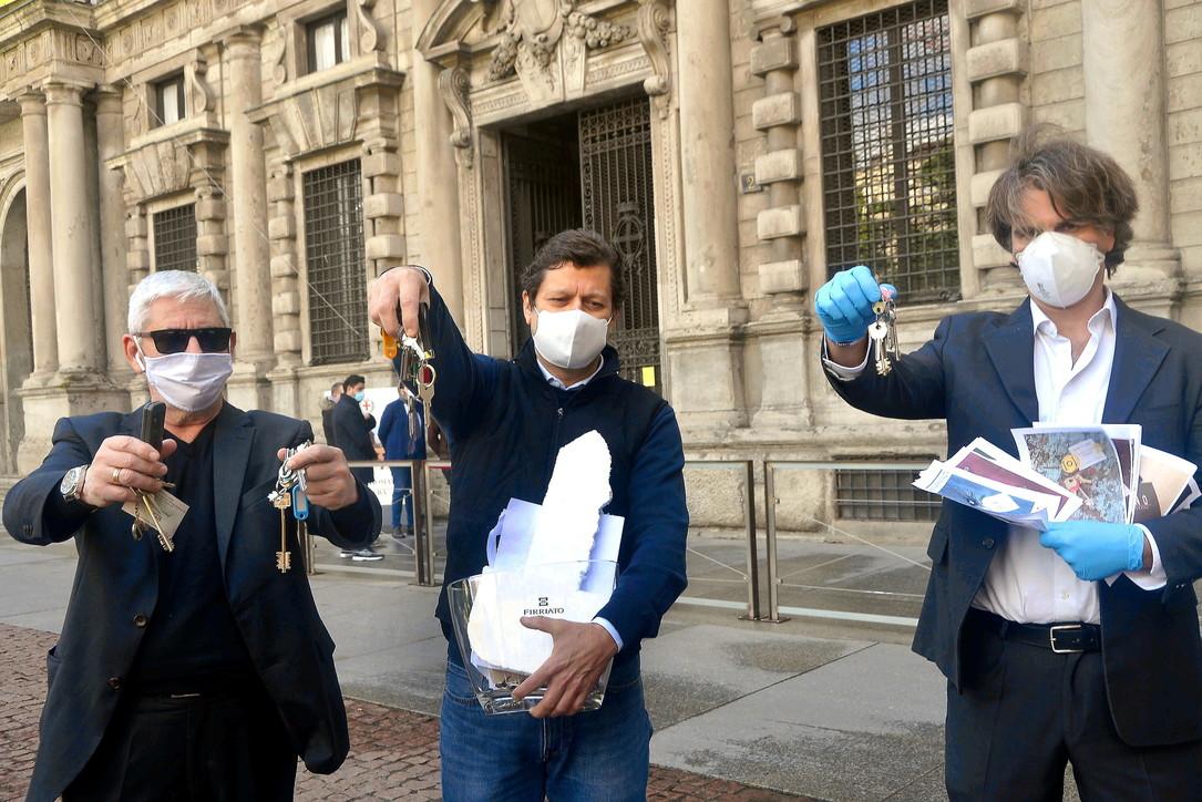 Milano, i commercianti consegnano le chiavi delle attività al Comune