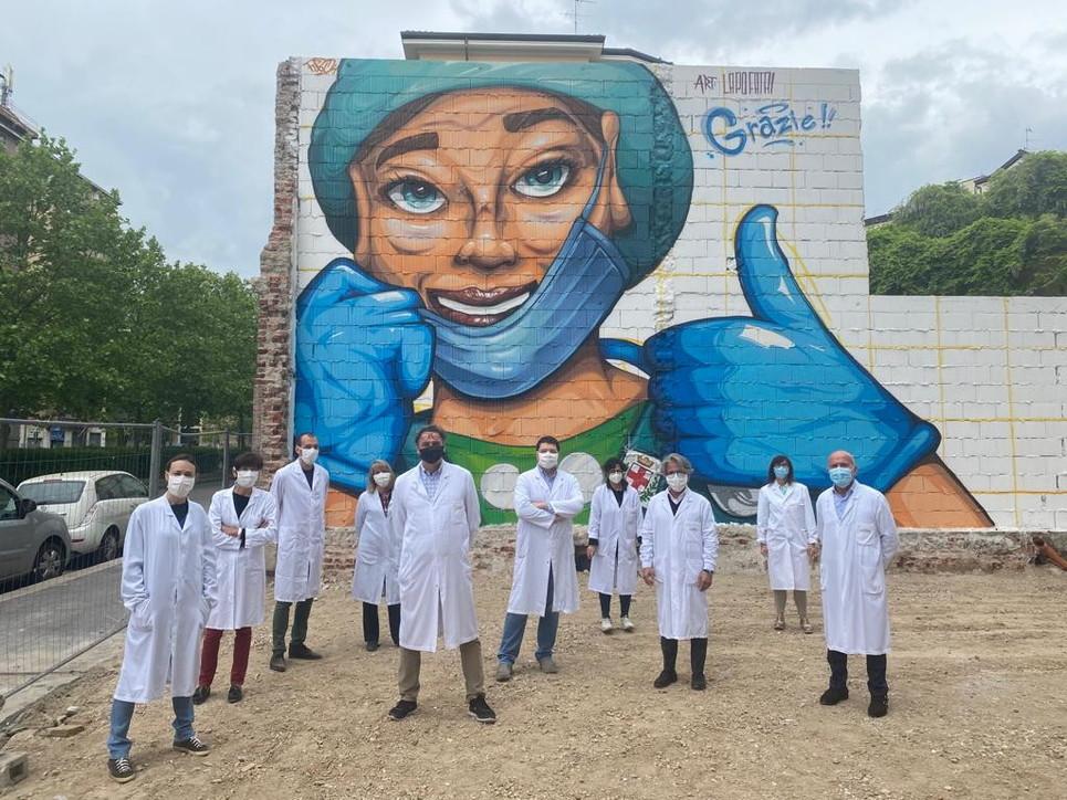 Coronavirus, a Milano omaggio a medici e infermieri grande 90 metri quadri