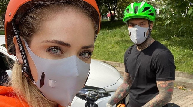 Chiara Ferragni e Fedez volontari in bici fanno la spesa per i poveri