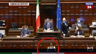 Conte parla senza mascherina e le opposizioni insorgono: caos alla Camera