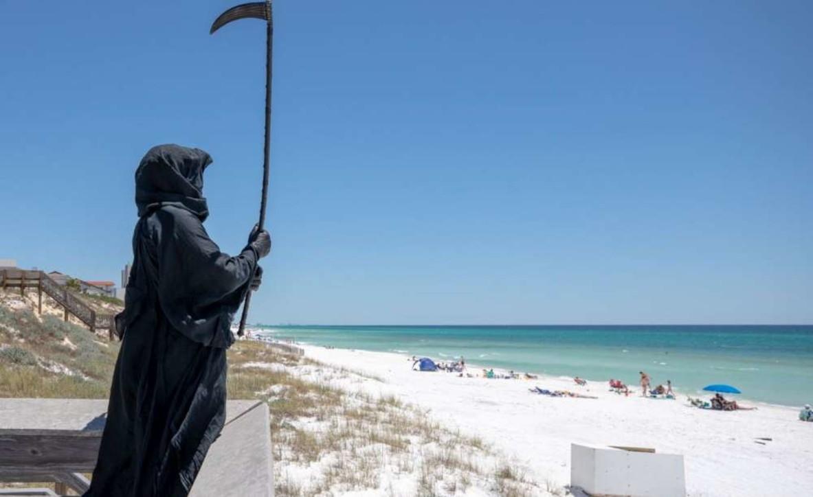 """La """"Signora vestita di nero"""" cammina sulle spiagge della Florida"""