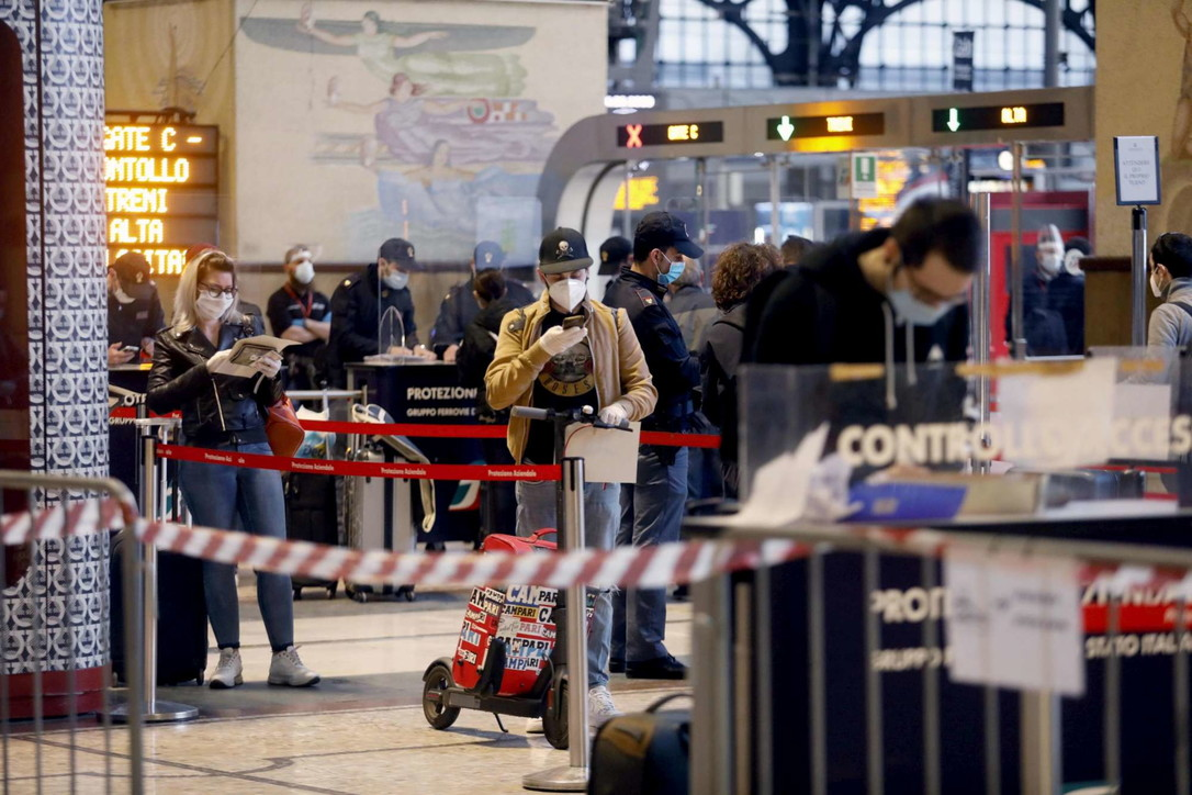 Via alla Fase 2, pochi passeggeri e file ordinate in stazione Centrale a Milano