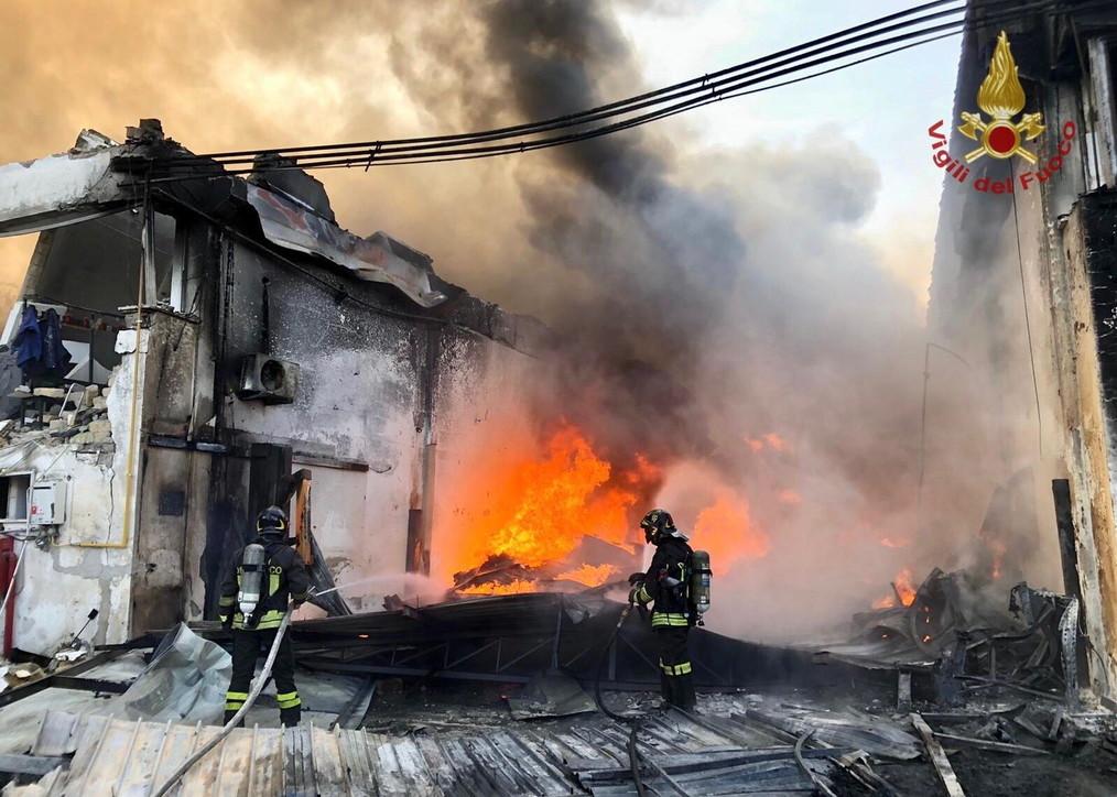 Napoli, esplosione in una fabbrica che lavora componenti plastici