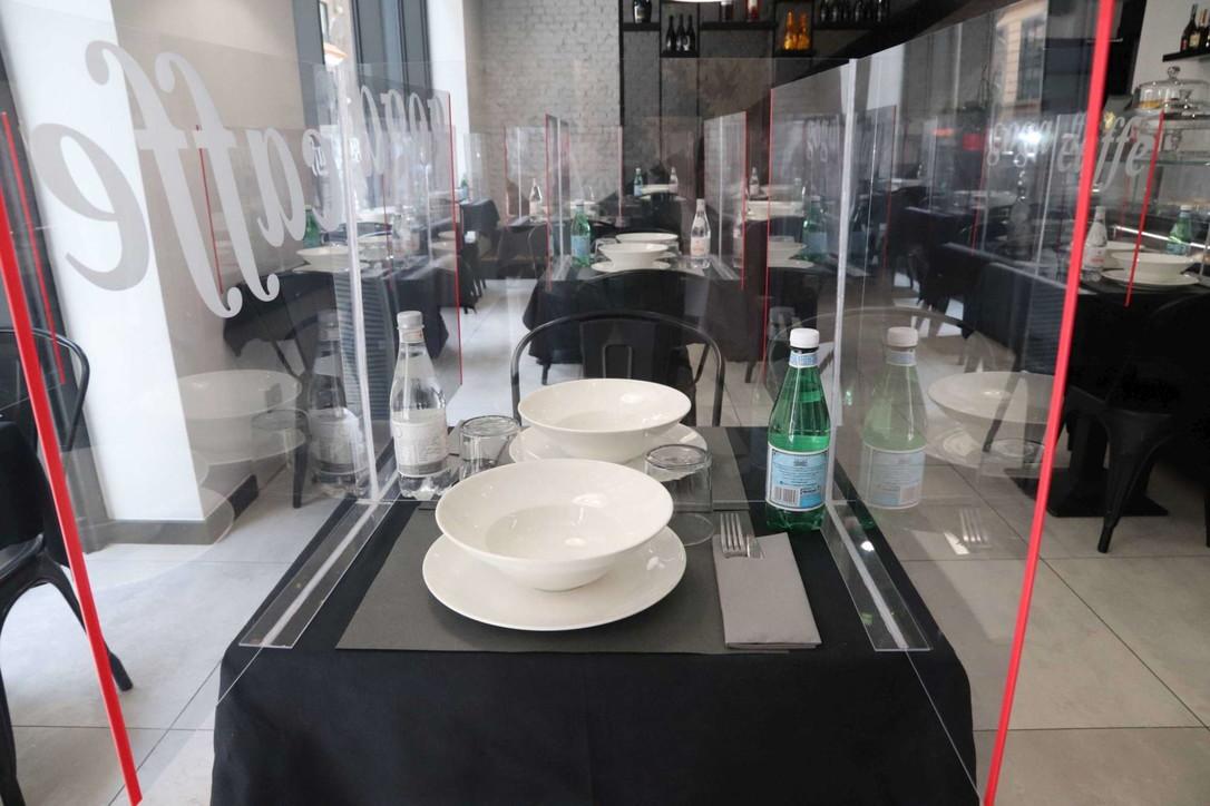 """Milano Fase 2, tra caffè d'asporto e ristoranti in """"plexiglass"""""""