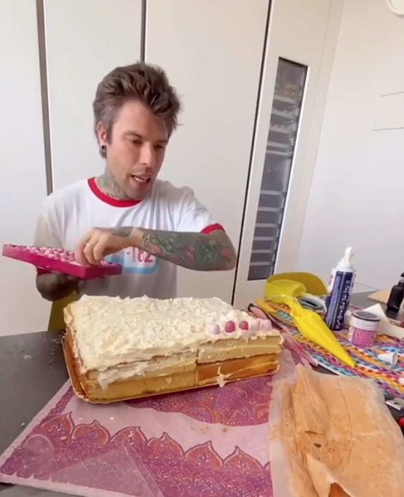 Fedez prepara la torta di compleanno per Chiara Ferragni